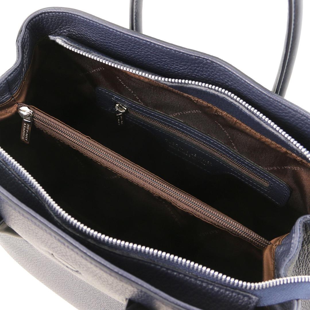 Deze zachte lederen handtas heeft 2 compartimenten